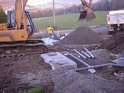 Mise en place d'une fosse septique toutes eaux. La pose doit être soignée.